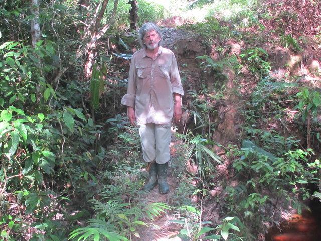 Bernard à la recherche du yavaricola sur la piste de la frontière du Brésil