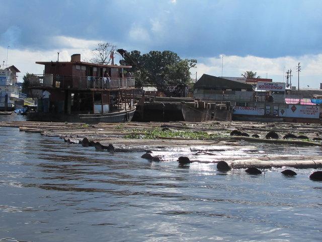 flottage et en même temps conservation du bois Iquitos