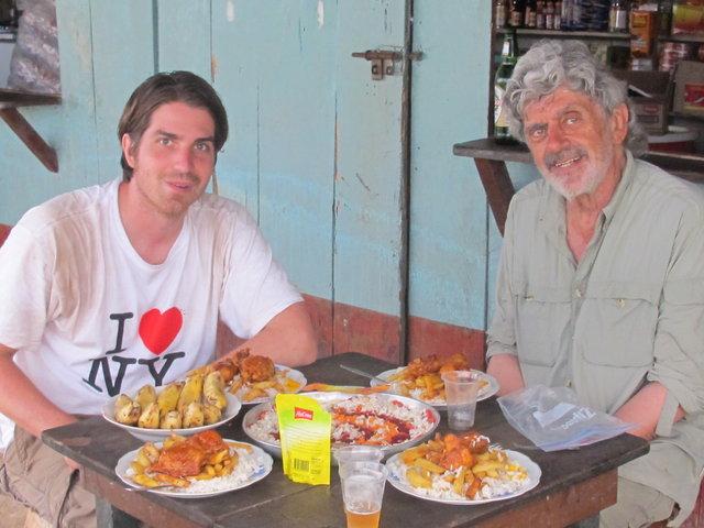 le fameux repas sur la place au bord de l'amazone